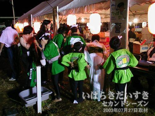 祭り本部で授賞式<br>「東みどり野」チームが商品を受け取っています。おめでとう~(^O^)。