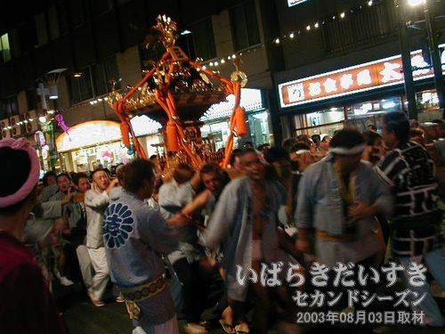 荒川沖西区連合志祭会<br>神輿が土浦駅方面から練り歩いてきました。