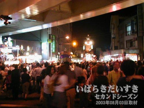 高架下も賑わう<br>高架下にもお客さんが溢れ、お祭り会場は一体化されつつあります。