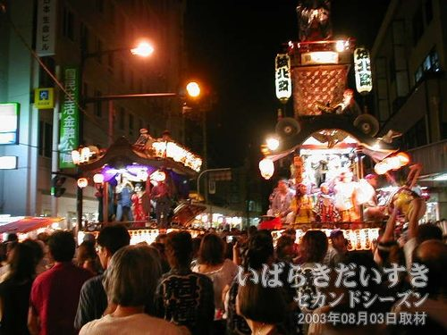 中央通り商店街方面<br>沖宿町(左)と城北町(右)がお囃子を奏でいます。
