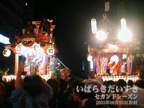 高架下 真鍋・土浦方面<br>東真鍋町(左)と真鍋新町(右)がお囃子を奏でています。