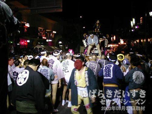 櫻神睦會<br>神輿が土浦方面から、大会本部前に入ってきました。