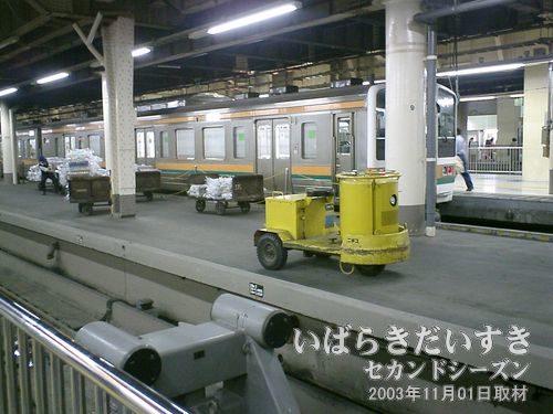 上野駅13番線と14番線の間<br>黄色いカートが停車中。荷物の積み卸しをしています。