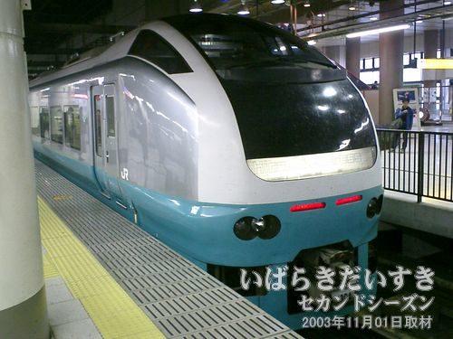 フレッシュひたち号<br>上野駅17番線に入線してきたこの蒼い車両は、「塩屋崎海岸と灯台」を意味しています。