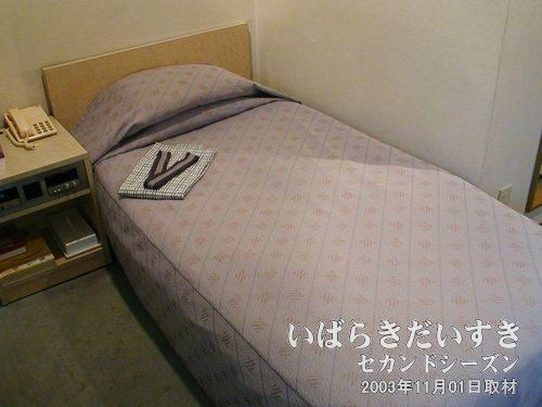 シングルベッド<br>きれいにベッドメイクされています。こちらのホテルは、浴衣です。
