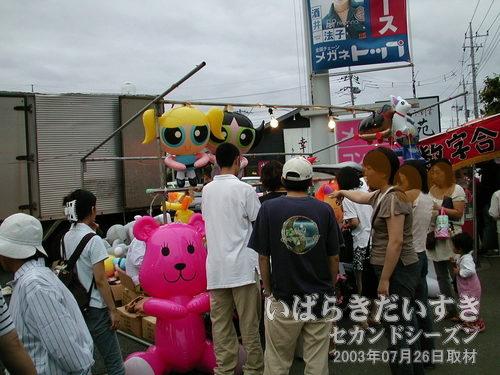 風船くじ<br>大きいビニル人形展示中。手前のモモちゃん(PostPer/ポストペット)がやたらでかい。
