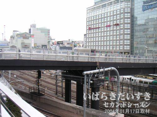 新宿タカシマヤタイムズスクエア<br>渋谷方面から新宿駅南口方面を眺める。