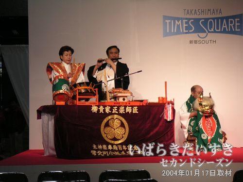 獅子舞<br>お囃子の演奏に合わせ、右手の獅子をかぶり、踊ります。