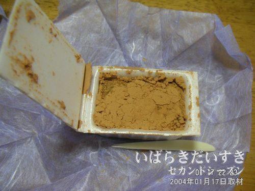 よかっぺ餅(中身)<br>きなこをまぶしてあるお餅。これって、美味しいですよね~。