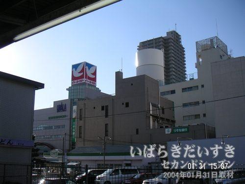 土浦駅ホームから眺める<br>丸井(写真中央右手)の丸い塔から、丸井のマークが消えていました・・・(TT)。