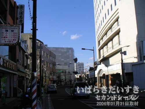 土浦東武ホテル 跡<br>写真右手が、閉鎖されている土浦東武ホテル。学習塾が入居する、という話しもあるようです。