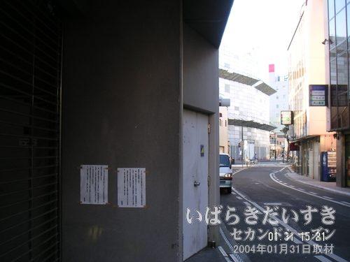 土浦東武ホテルから小網屋(写真奥)を眺める<br>土浦東武ホテルには地下駐車場があり、ホテル裏手から利用できます。写真奥は解体中の小網屋。