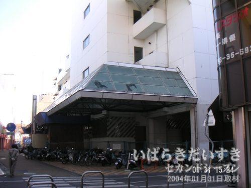 西友土浦店 跡<br>店舗跡地を自転車置き場として利用している人も多いはず。ひさしのガラスが割れています。