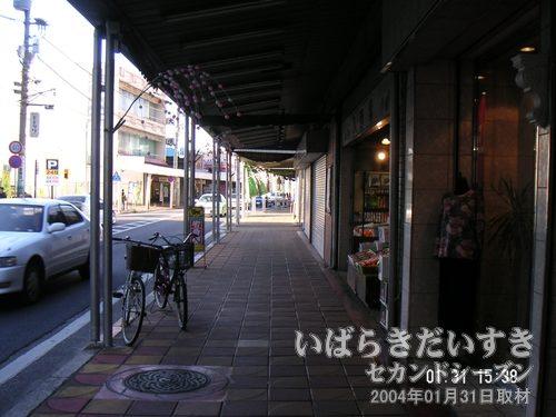 土浦 中央通り商店街を進む<br>小学生のころの夏休み、中央通り商店街はおまつりのような賑やかさだったことを思い出します。