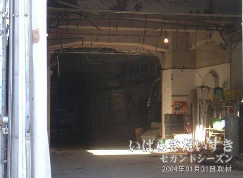 解体作業中の小網屋 裏口内部<br>警備の方にお願いして、内部を撮影させていただきました。