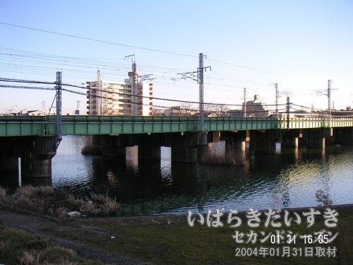 桜川に架かる常磐線の鉄橋<br>手前から奥(霞ヶ浦)に掛けて、3本の線路が架かっています。