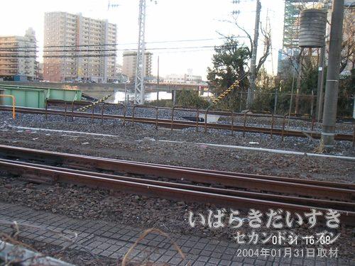 線路の高さまで上がって確認<br>橋上に上がってみます。手前(霞ヶ浦側)が旧線の線路。奥、真ん中が原稿使われている線路。