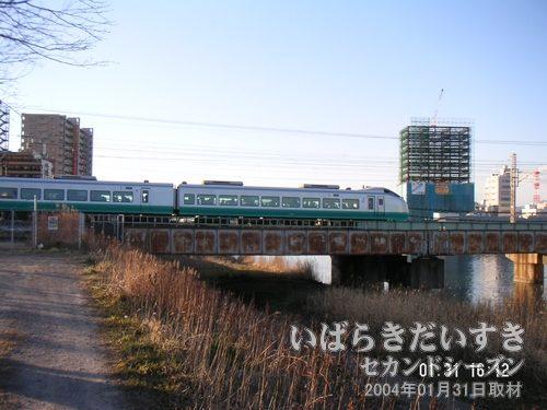 フレッシュひたちが桜川を通過<br>県道263号の水郷大橋を渡り、桜川の反対側に回ってきました。
