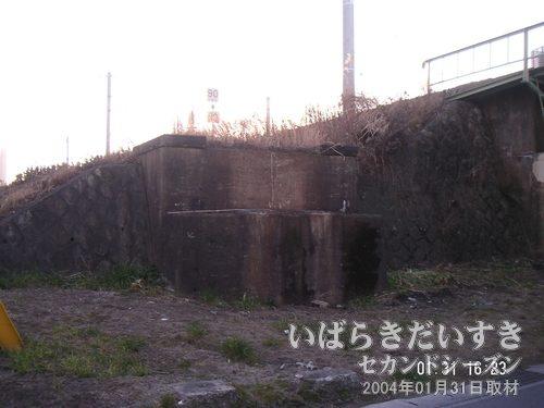 橋げた跡 (上野駅寄り)<br>上野方面への線路跡自体は、まだ続くようです。