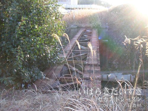 橋の跡<br>さらに上野方面へ歩いていくと、古い橋の跡がありました。レールはありません。下には備前川が流れます。