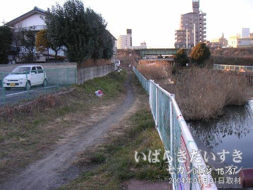 備前川を回り込む<br>先ほどの「鉄の橋」の下に行くため、備前川を回り込みます。自転車が通れる程度の細い道。