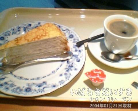 土浦駅ビルのドトールでお茶<br>土浦駅の改札脇にあるドトールで、ミルクレープとホットコーヒーをいただきます。