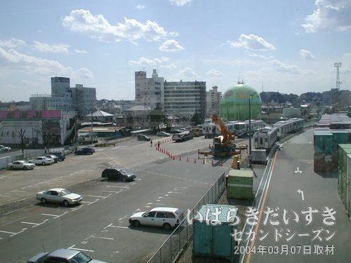 土浦駅の連絡通路から撮影<br>JR貨物の線路上と地上に、つくばエクスプレスの車両がばらして置かれています。