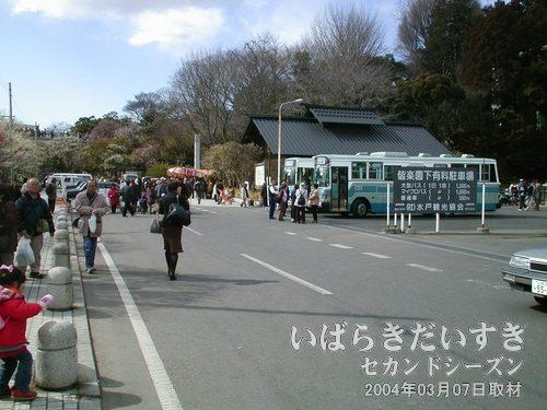 偕楽園駅前にはバス停や、タクシー乗り場があります常磐線偕楽園駅前には、バス停があります。常磐線水戸駅方面に向かうバス路線です。偕楽園は敷地が広く、偕楽園周辺にいくつかバス停があり、このバス停はそのうちのひとつです。