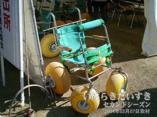 無料で貸し出しされる車いす<br>偕楽園園内で利用できる車いす。砂利道なので、特殊な車いすになっています。