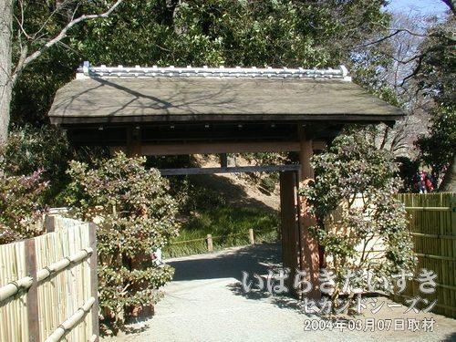 偕楽園 南門<br>階段をずっと下りていった広場近くにある門。