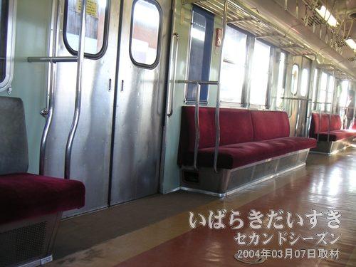 電車内は空いている<br>夕方4時過ぎということもあるのか、電車の中は空いています。遠慮しがちに撮影。