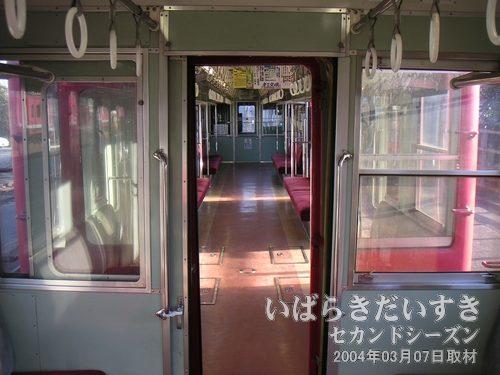 2両編成の車内を撮影する<br>終点の常北太田駅で撮影。