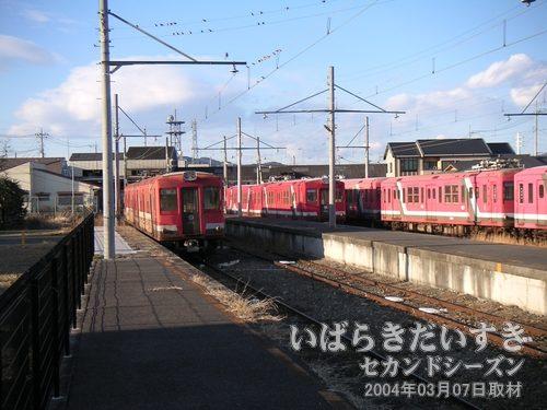 構内にはたくさんの赤い車両があります<br>常北太田駅構内の奥には、たくさんの日立電鉄車両があります。