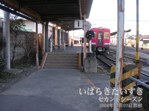 ホームへは階段で上がる<br>電車の扉位置は高いので、かさ上げされたホームに階段で上がります。