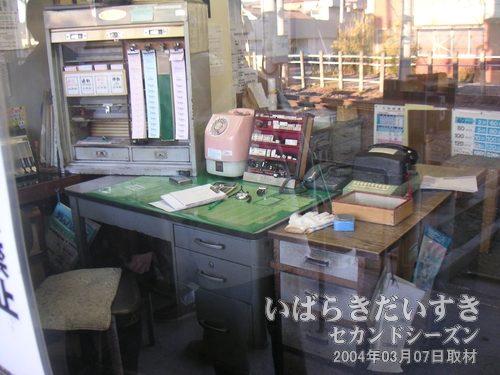 常北太田駅 事務所内<br>机には手売り用のきっぷ?チケットが見えます。なぜか10円の公衆電話がある。