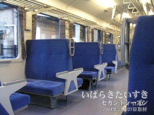 ボックス式シート?<br>片側は4人掛けのボックスシート。こちらはシングル席のボックスシートで構成されています。