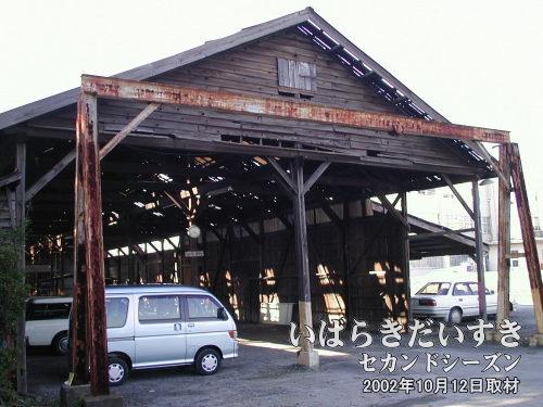 筑波鉄道 真鍋機関区 跡(2002年10月12日撮影)<br>今日(2004年04月21日)に掲載した写真とは撮影角度が正反対ですが、これが真鍋機関区跡。この当時からすでに駐車場として利用されていました。
