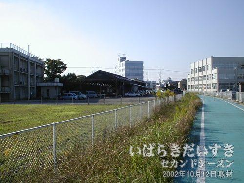 筑波鉄道 真鍋機関区 遠景<br>常磐線土浦駅方面から、筑波山方面を眺める。