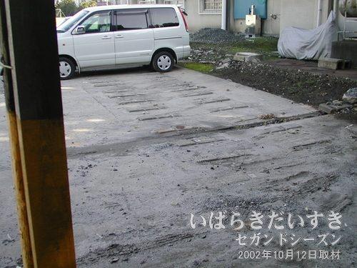 真鍋機関区 レール痕(2002年10月12日撮影)