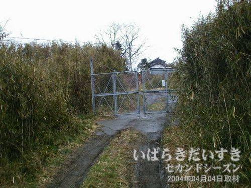 保守用道路につながる柵<br>ここから先は、廃線跡を使った保守通路があります。