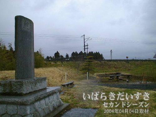 小さな公園<br>特別な遊具はありません。記念碑が目立ちます。