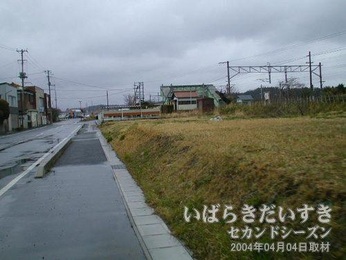 駅前の通りを進む<br>だんだんと駅が近くなってきます。