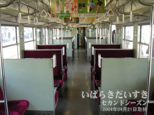 常磐線 白電のボックス席車両<br>旅はやはり、ボックスシートを独占して、車窓を眺めるのが一番です(^^)。