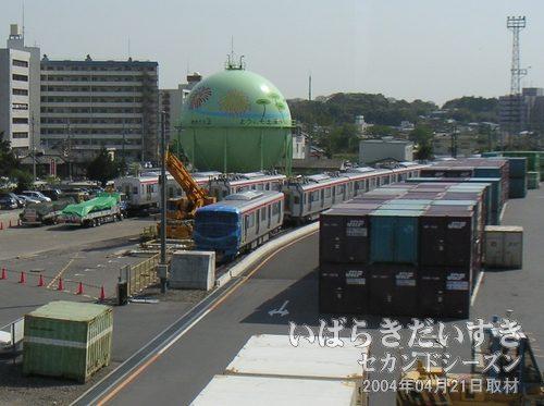 土浦駅 貨物敷地につくばエクスプレスの車両が見える<br>土浦駅貨物の引込線に、つくばエクスプレスの車両が待機しているのが見えます。