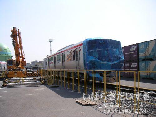 正面から<br>先頭車両は納品時に傷などがつかないよう、青いビニルでコーティングされています。