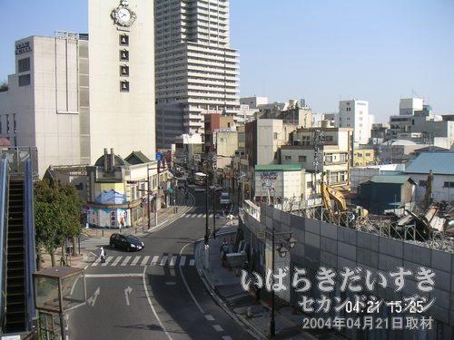 土浦駅方面を眺める<br>左店が土浦東武ホテル(閉鎖)。奥にそびえるのがウララビル。右手の防音、防護壁に囲まれ、解体作業中なのが小網屋本店です。高架橋バス停から撮影。