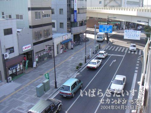 亀城公園方面を眺める<br>土浦名店街などがあります。土浦ニューウェイは左に折れ、筑波方面へと続きます。