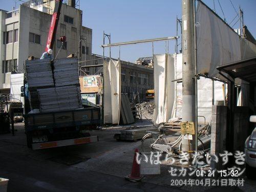 小網屋の裏手<br>機材搬入出口として利用。こちら側からは、小網屋の建築部分は確認できず。