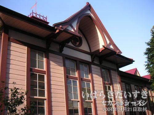 尖塔アーチ<br>ゴシック建築を取り入れた、木造建築。直線的な意匠が重みを感じさせてくれます。