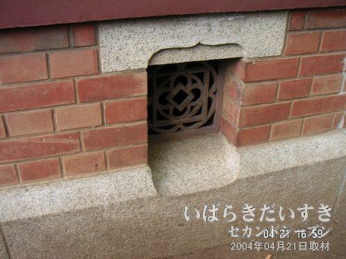 床下通気口<br>湿気のある日本では、床下通気口は常識。鉄柵パネルのデザインに注目です!
